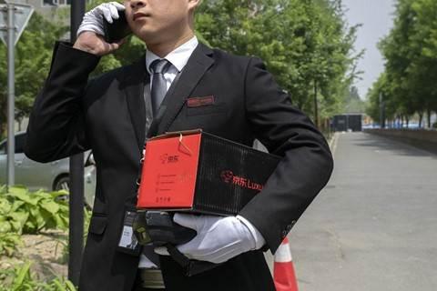 Đặt hàng xa xỉ qua mạng, shipper mặc như bán hàng đa cấp tại Trung Quốc