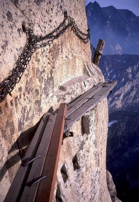 Đi uống trà trên con đường nguy hiểm nhất thế giới